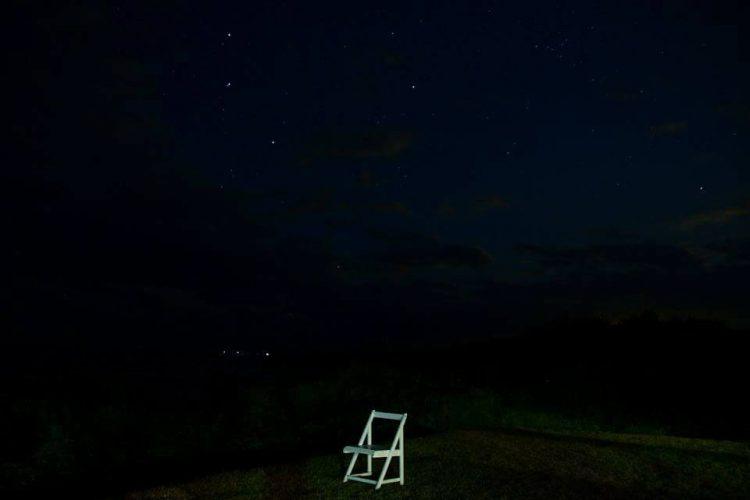 夜空と椅子